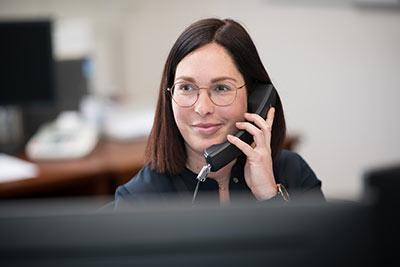 mitarbeitern-der-rentmeister-steuerberatung-am-telefon